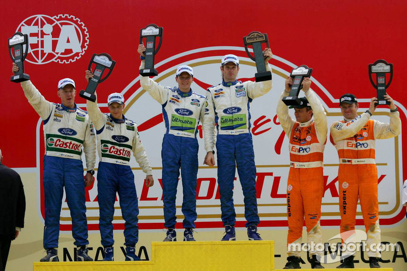 Podium :Les vainqueurs Marcus Grönholm et Timo Rautianen, les deuxièmes Mikko Hirvonen et JarmoLehtinen, les troisièmes Henning Solberg et Cato Menkerud