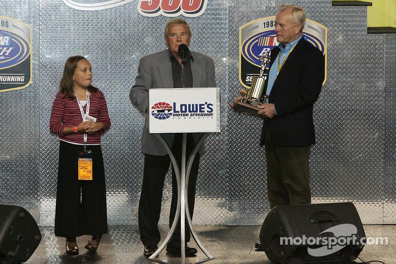 Humpy Wheeler présente un trophée spécial à Dick Trickle
