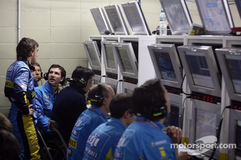 Fernando Alonso avec ses ingénieurs dans le garage