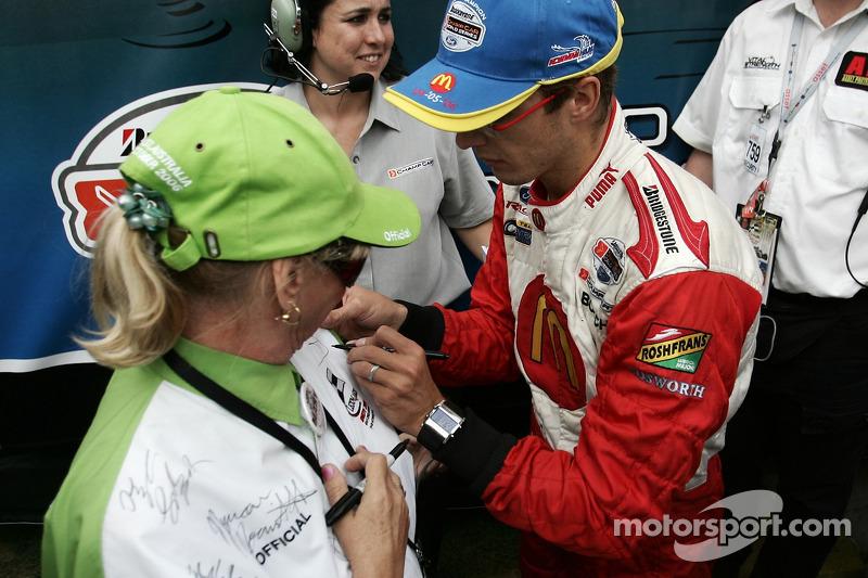 Le champion 2006 de Champ Car World Series Sébastien Bourdais signe des autographes