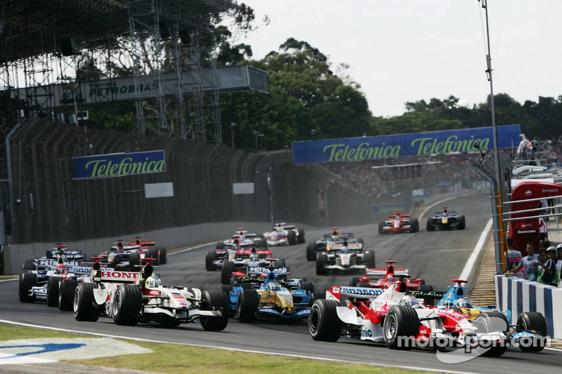 Départ : Jarno Trulli et Fernando Alonso en bagarre