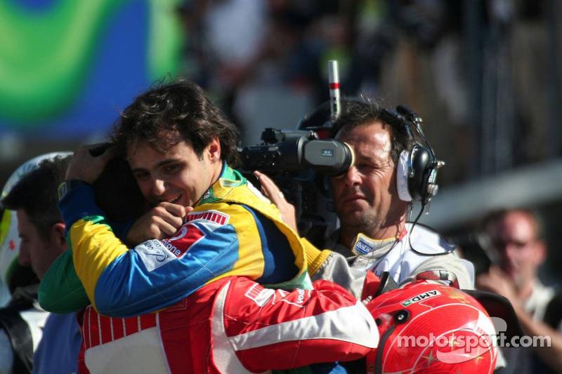 Le vainqueur de la course Felipe Massa félicité par Michael Schumacher