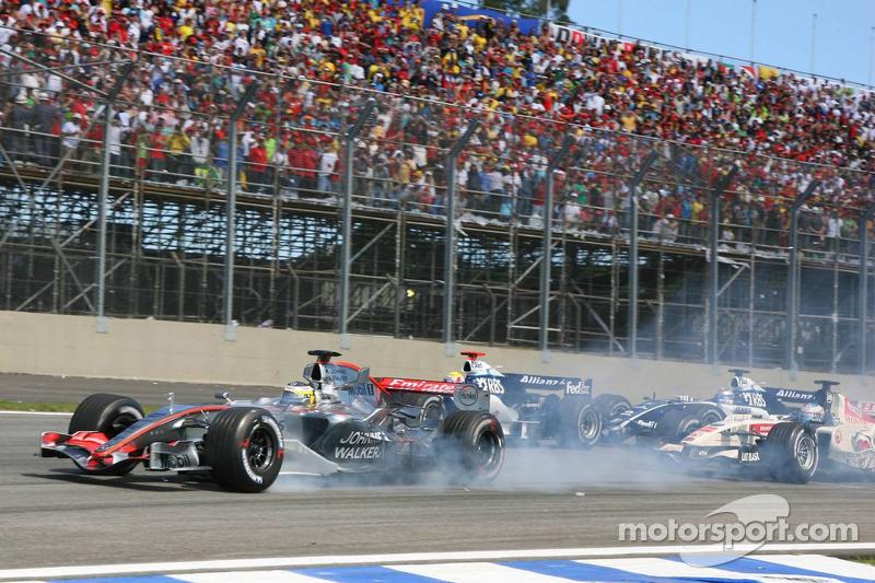 Pedro de la Rosa brûle de la gomme alors que Mark Webber et Nico Rosberg sont victimes d'un accident