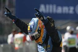 Campeón del mundo 2006 F1, Fernando Alonso, celebrando