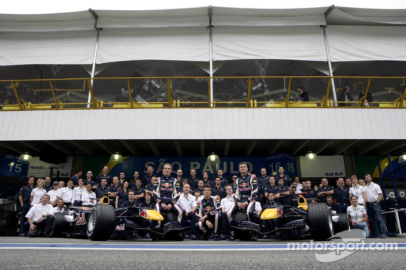 Photo de groupe Red Bull Racing : David Coulthard, Michael Ammermüller, Robert Doornbos avec l'équipe