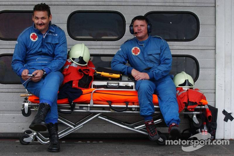 Employés médicaux dans la voie des stands