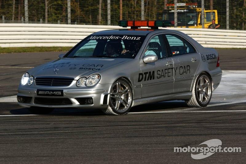 La safety car de DTM en drift sur la peinture humide