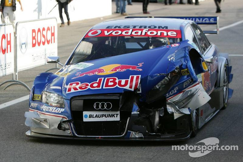 Mattias Ekström dans les stands avec une voiture sérieusement endommagée