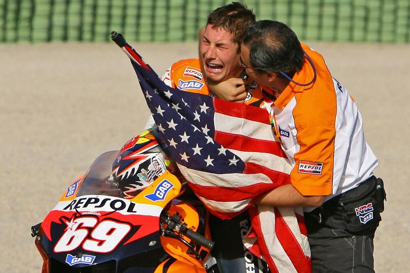 El Campeón Mundial de MotoGP 2006 Nicky Hayden celebra