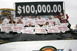 Une photo de groupe de tous les bénéficiaires de chèques