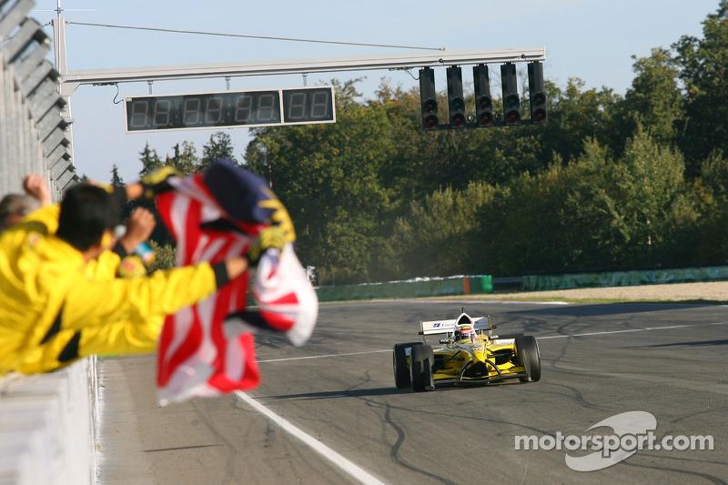 Le vainqueur de la course Alex Yoong