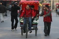 Khalil Beschir sur un cyclo-pousse