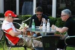 Kimi Raikkonen, Scuderia Ferrari avec Steve Robertson et Dave Robertson