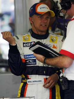Heikki Kovalainen, Renault F1 Team after his stop on track