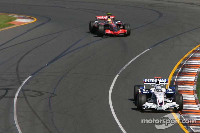 Nick Heidfeld, BMW Sauber F1 Team, F1.07, y Lewis Hamilton, McLaren Mercedes, MP4-22