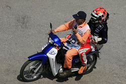 Blown tire for Christijan Albers, Spyker F1 Team