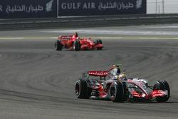 Льюис Хэмилтон, McLaren Mercedes, MP4-22 и Кими Райкконен, Scuderia Ferrari, F2007