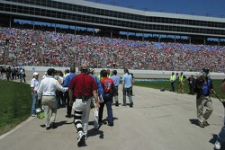 Crowds follow Jeff Gordon to driver introductions