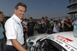 Dr Mario Theissen (Directeur de BMW Motorsport) parle avec Olaf Manthey
