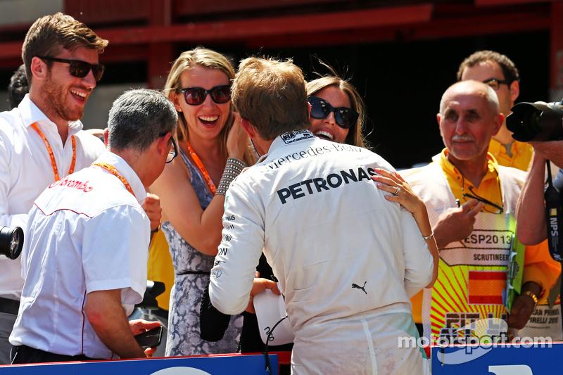 Nico Rosberg, Mercedes AMG F1, feiert seine Pole-Position mit Frau Vivian Rosberg im Parc Fermé