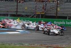 Arrancada accidente que involucra Helio Castroneves, del equipo Penske Chevrolet y Scott Dixon, Chip Ganassi Racing Chevrolet y otros