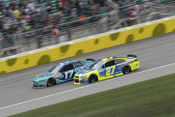 Ricky Stenhouse jr., Roush Fenway Racing, Ford, und Paul Menard, Richard Childress Racing, Chevrolet
