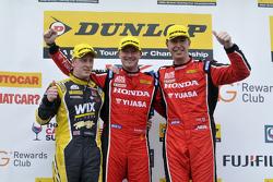 Подіум: переможець гонки Гордон Шеден, друге місце Метт Ніл, третє місце Adam Morgan