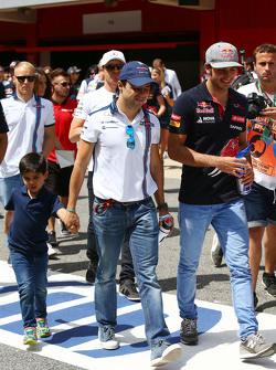 Felipe Massa, Williams, con su hijo, Felipinho Massa, y Carlos Sainz Jr., Scuderia Toro Rosso en el desfile de pilotos