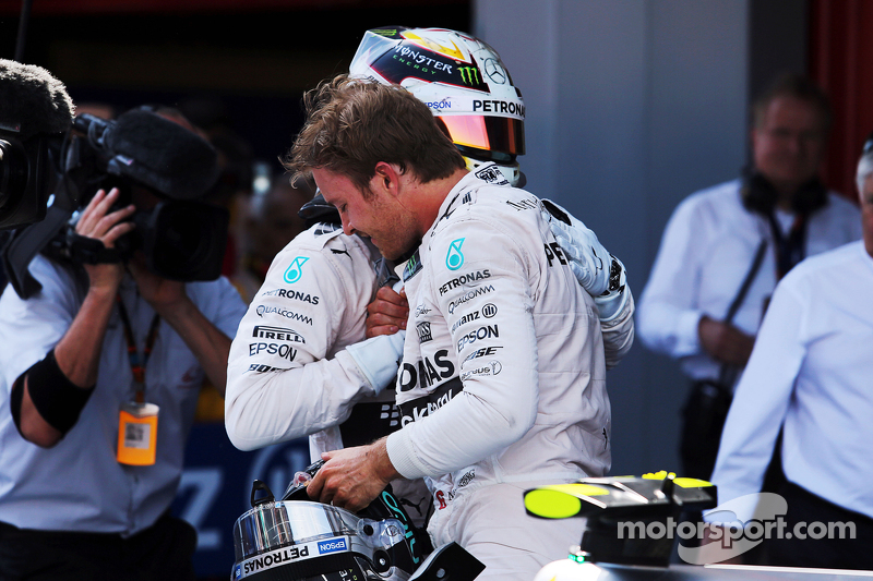 1. Nico Rosberg, Mercedes AMG F1, feiert im Parc Fermé mit 2. Teamkollege Lewis Hamilton, Mercedes A