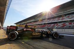 Pastor Maldonado, Lotus F1 E23 quitte les stands