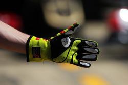 路特斯F1车队维修站工作,正值帕斯托·马尔多纳多, 路特斯F1车队的E23驶进维修站