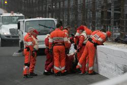 Маршалы проверяют заграждения после аварии Джозефа Ньюгардена