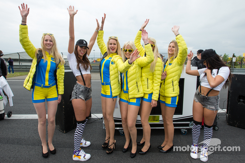 Black Falcon party girls bertemu  Aston Martin Racing Aston girls di starting grid