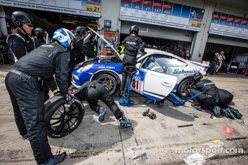 Pit stop for #81 Porsche 991: Markus Horn, Felix Horn, Jean-Louis Hertenstein, Panagiotis Spiliopoul