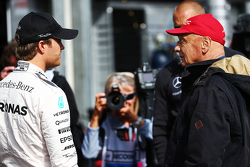 (Von links nach rechts): Nico Rosberg, Mercedes AMG F1, mit Niki Lauda, Aufsichtsratsvorsitzender Mercedes AMG F1