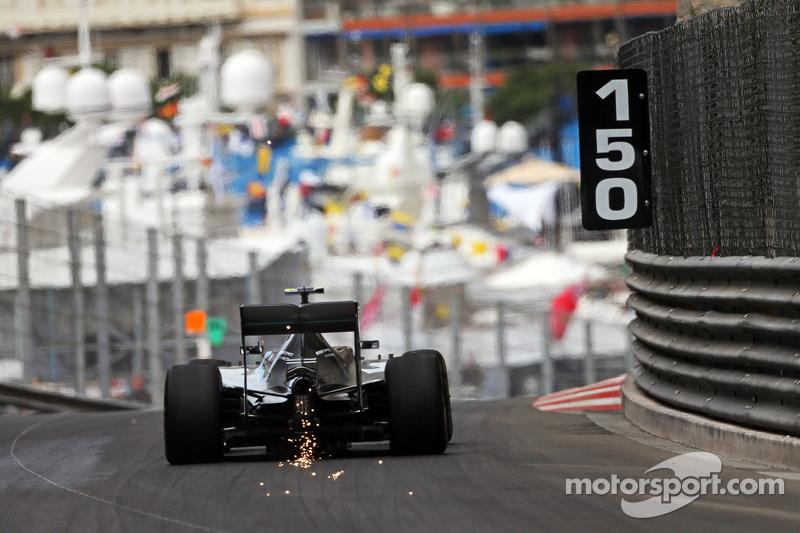 Nico Rosberg, Mercedes AMG F1 W06 sends sparks flying