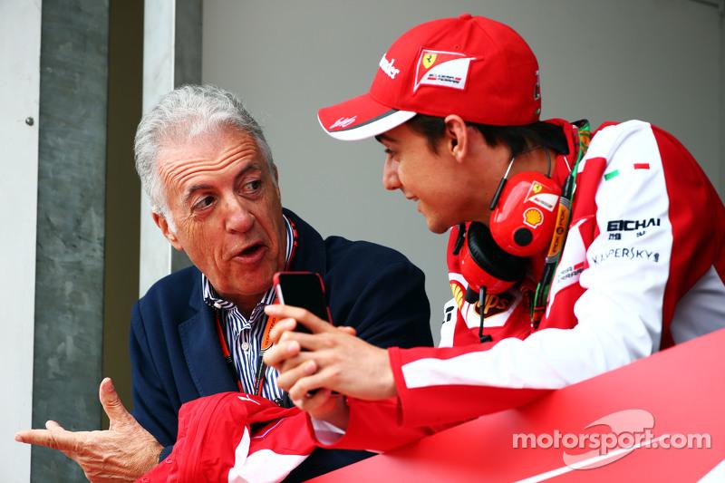 (Von links nach rechts): Piero Ferrari, Ferrari Vize-Präsident, mit Test- und Ersatzfahrer Esteban Gutierrez
