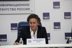 Алехандро Агаг, руководитель Формула Е на пресс-конференции в Москве