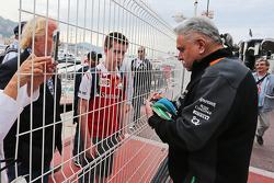 Віджей Малья, власник команди Sahara Force India F1 роздає автографи фанатам
