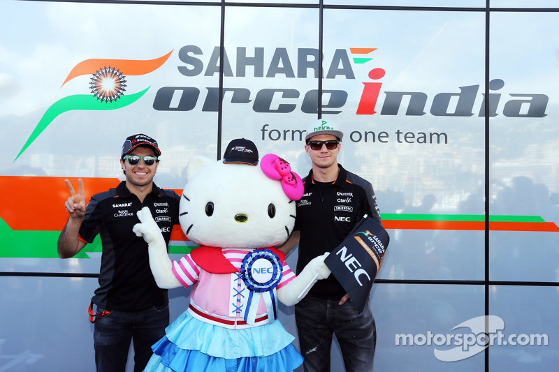 Sergio Perez, Sahara Force India F1, und Teamkollege Nico Hülkenberg, Sahara Force India F1, mit Hello Kitty