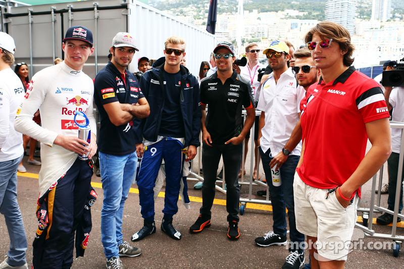 (Kiri ke Kanan): Max Verstappen, Scuderia Toro Rosso; Carlos Sainz Jr., Scuderia Toro Rosso; Marcus Ericsson, Sauber F1 Team; Sergio Perez, Sahara Force India F1; Felipe Nasr, Sauber F1 Team; Will Stevens, Manor F1 Team; Marcus Ericsson, Sauber F1 Team, on the d