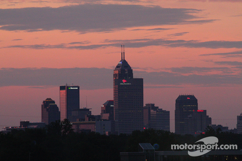 Matahari terbit di Indianapolis Motor Speedway on race day