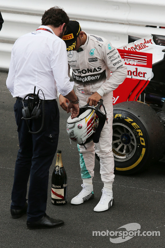 Lewis Hamilton, Mercedes AMG F1, mit Matteo Bonciani, FIA-Pressevertreter, auf dem Podium