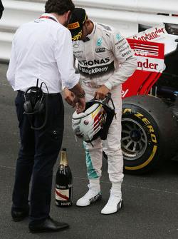Lewis Hamilton, Mercedes AMG F1 bersama Matteo Bonciani, FIA Media Delegate di podium