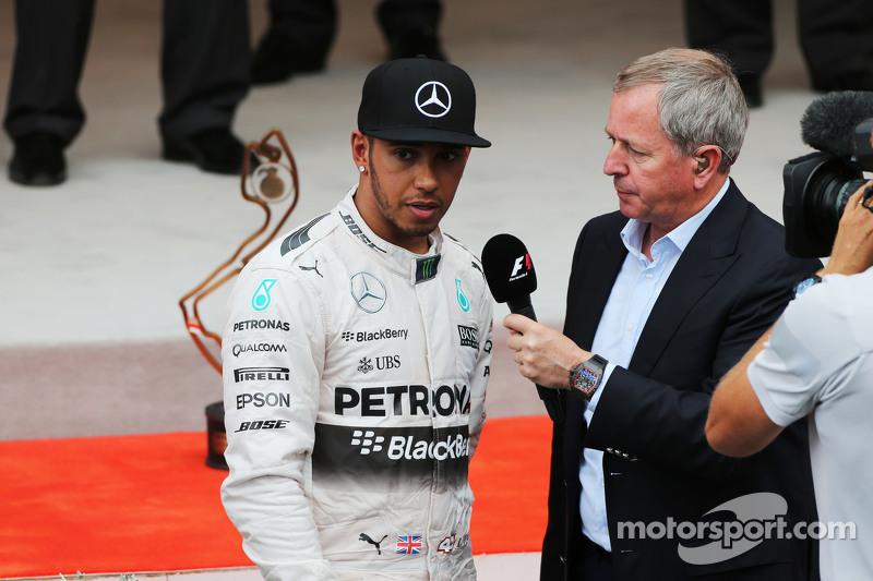 Lewis Hamilton, Mercedes AMG F1, auf dem Podium mit Martin Brundle, Sky-Kommentator