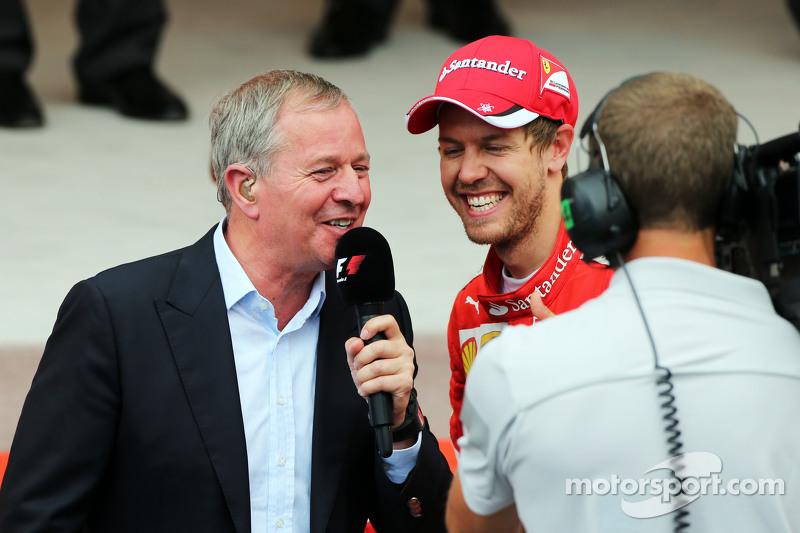 Martin Brundle, Sky-Experte, mit Sebastian Vettel, Ferrari, auf dem Podium