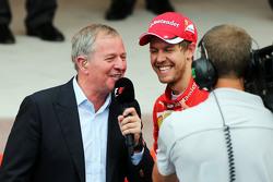 Martin Brundle, Sky Sports Commentator bersama Sebastian Vettel, Ferrari di podium