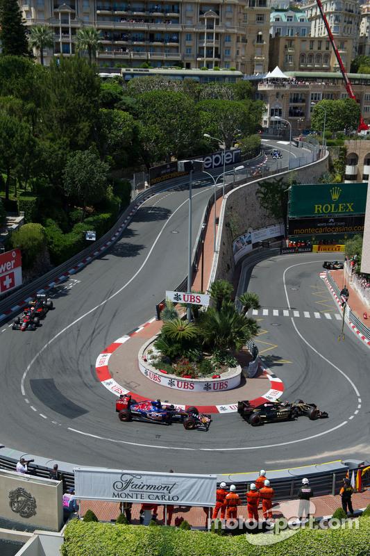 Пастор Мальдонадо, Lotus F1 E23 лідирує Макс Ферстаппен, Scuderia Toro Rosso STR10