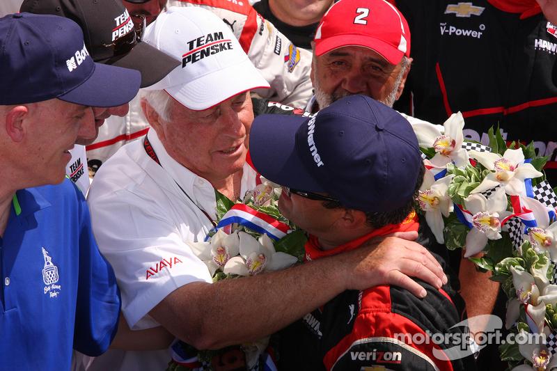 Ganador de la carrera Juan Pablo Montoya, Team Penske Chevrolet felicitado por Roger Penske
