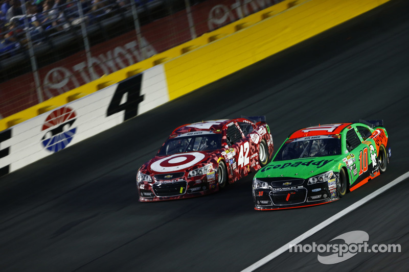 Kyle Larson, Chip Ganassi Racing Chevrolet and Danica Patrick, Stewart-Haas Racing Chevrolet